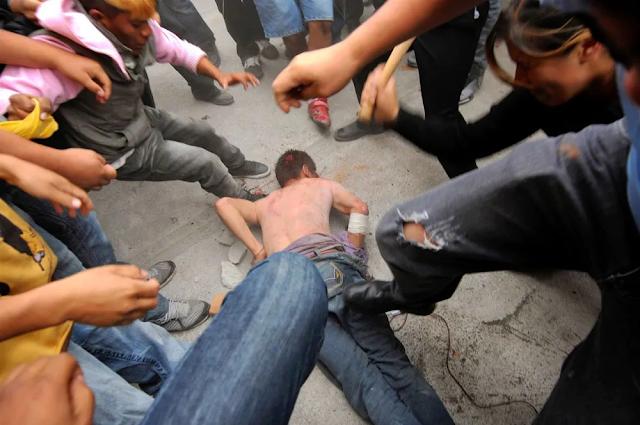 Video│Multitud lincha a hombre que mató a expareja en San Cristóbal