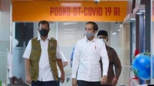 Foto Presiden Jokowi (kanan). Bencana Beruntun Melanda Indonesia,  Andi Arief Singgung Kehadiran Jokowi.