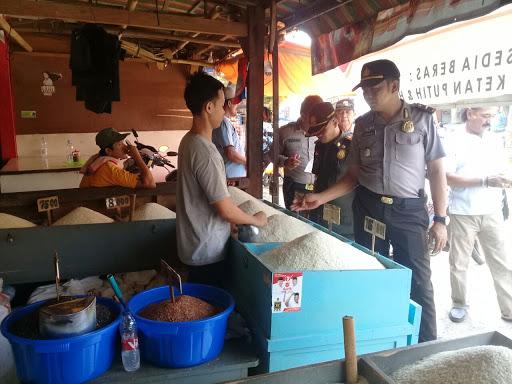 Polsek dan Satpol PP Lemahabang Gelar Operasi Pasar Jelang Ramadhan