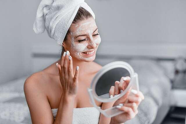 فوائد تنظيف الوجه في المنزل