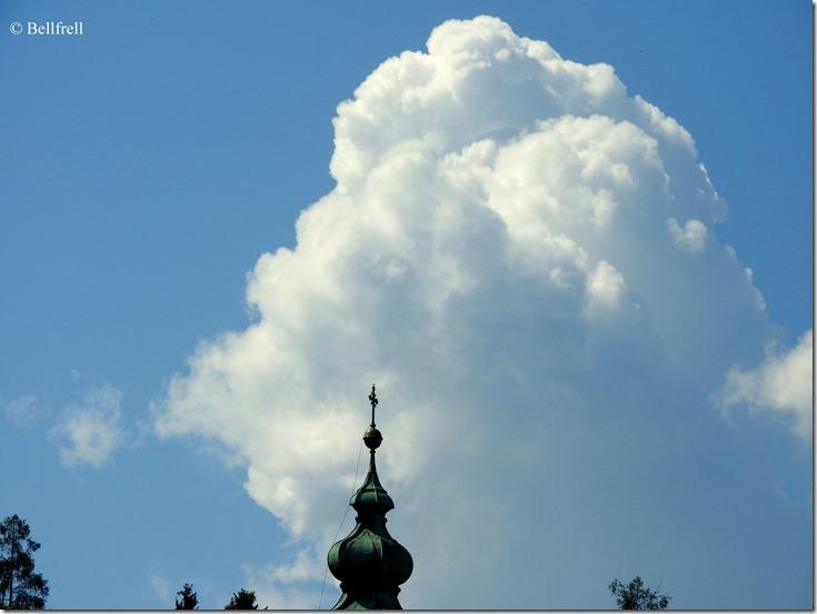 Wolken über der Kirche