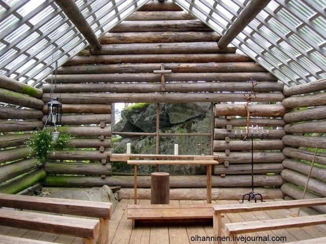 Под прозрачной крышей на церковных скамьях может поместиться до 40 человек