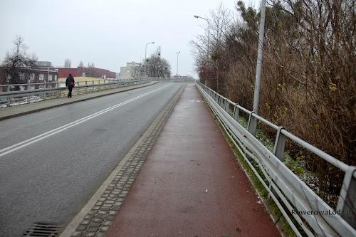 Przeprawa przez most. Z uwagi na ograniczoną przestrzeń droga dla rowerów jest po jednej stronie jezdni, zaś chodnik po drugiej.