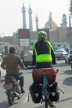 Chris on the Bike bei der Einfahrt in Ghom: Zufahrt auf den Fatima-al-Masumah-Schrein