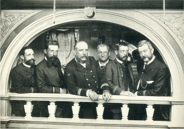 Benito Francisco Cimiano y López en el centro. El segundo por la derecha es Francisco Cunill, El segundo por la izquierda, es Andres Marroig. Foto de El Mundo Naval Ilustrado. 1897.JPG