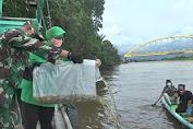 Danrem 121/Abw Brigjen TNI Ronny Lepas 5000 Bibit Udang dan Ikan Di Sungai Pawan