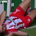 Jogador fica com prego de 15 cm cravado no joelho após cair em lona