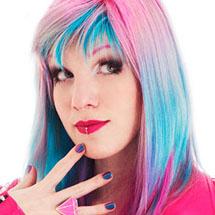 Marimoon com cabelos coloridos de rosa e azul