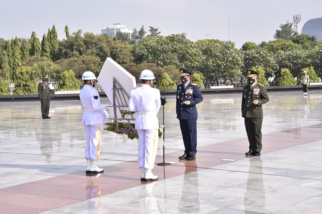 Panglima TNI Ziarah ke Taman Makam Pahlawan Nasional Kalibata Jelang HUT Ke-75 TNI