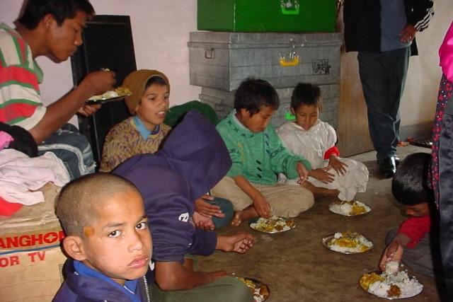 Enfants des rues de Katmandou : repas servis par APC