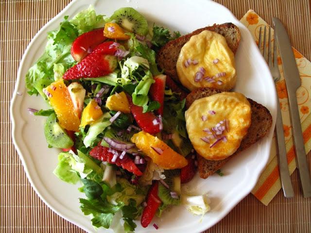 Grillowany oscypek na grzankach z sałatą w owocowym dressingu