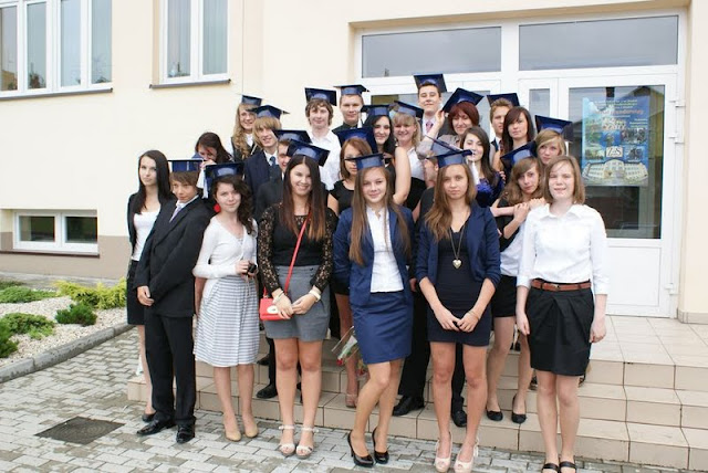 Zakończenie Gimnazjum przed budynkiem bis - DSC08145_1.JPG
