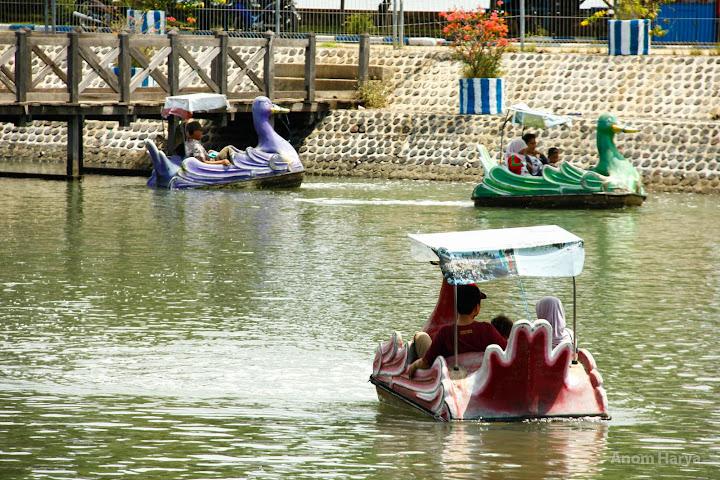 Pedal Boat di Pantai Bentar