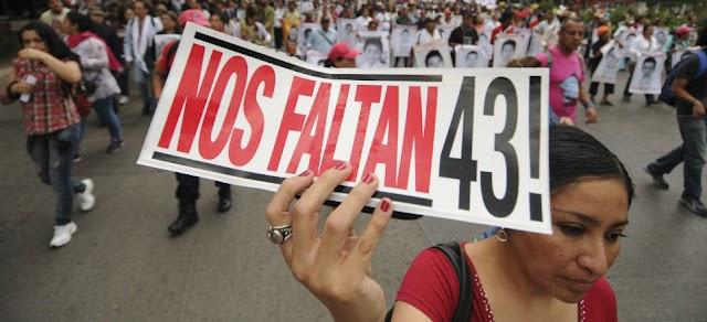Marcha por Ayotzinapa  a pesar de semáforo rojo ¡