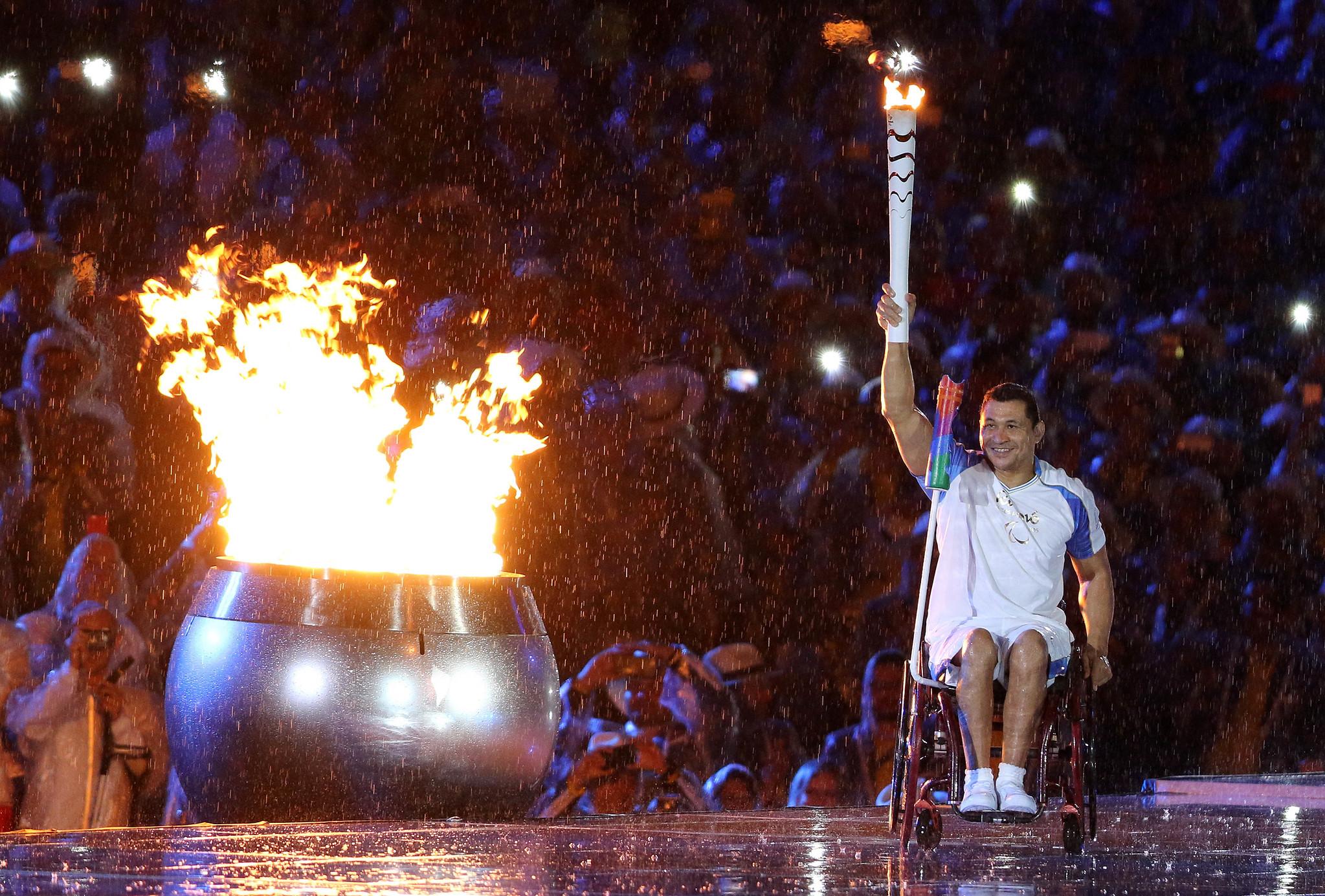 Clodoaldo Silva acende pira paralímpica Rio 2016