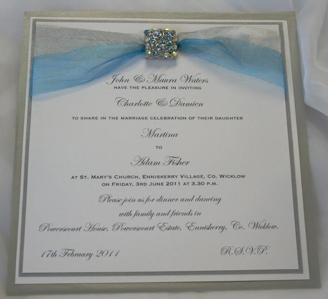 Invitación plateada con celeste y broche para boda