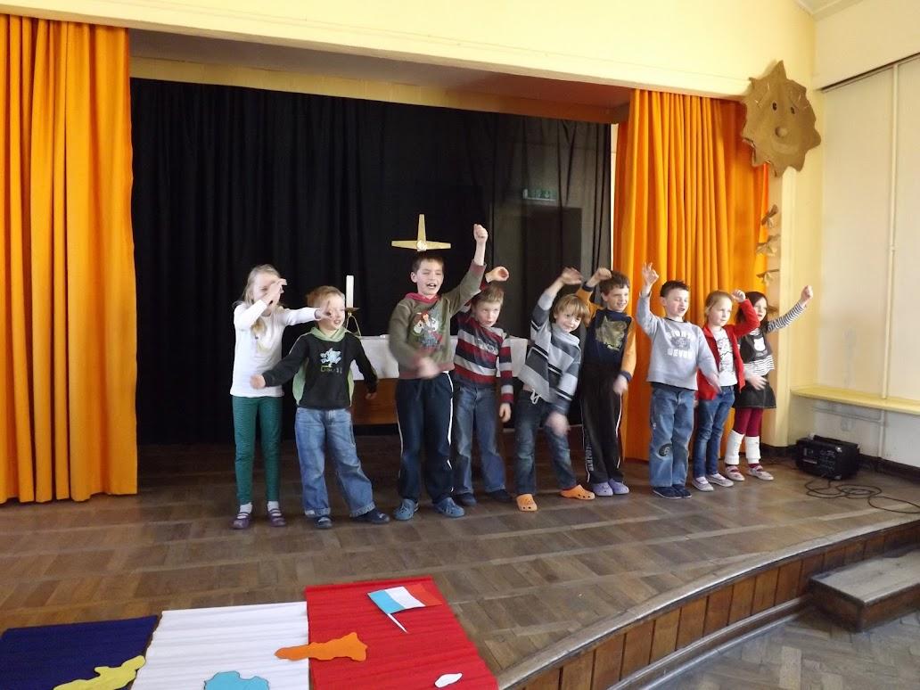 """Die """"3 Franzosen mit dem Kontrabass"""" machten den Schülern der Klasse 1/2 viel Spaß bei der Vorführung… (Bild A.M. für © schuletantow.de)"""