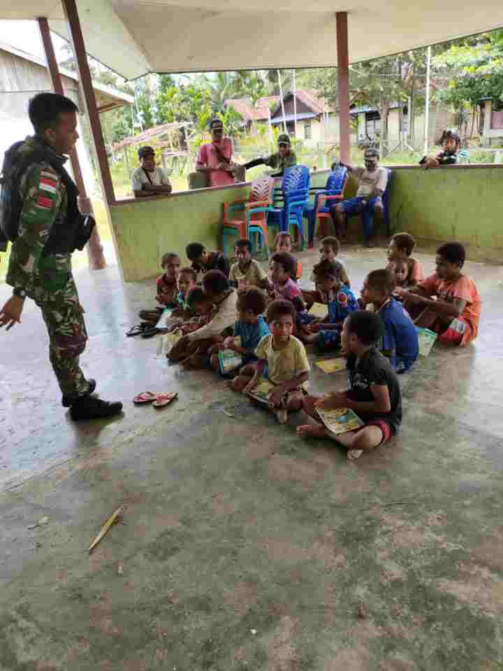 Tingkatkan Kualitas Pendidikan, Satgas Yonif 512/QY Bagikan Buku Tulis Di Perbatasan Papua