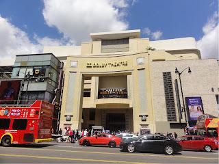 En stor, sandfarget bygning med et stort inngangsparti. «Dolby Theatre» er skrevet over inngangen.