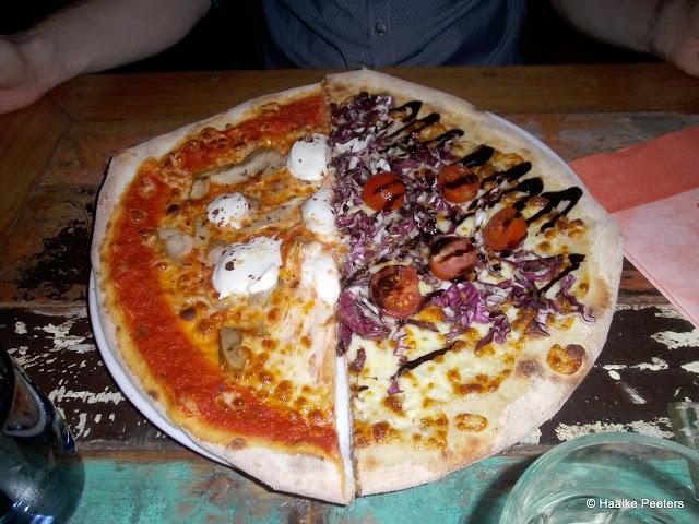 Pizza funghi en pizza met radicchio en kerstomaatjes (Don Leone)
