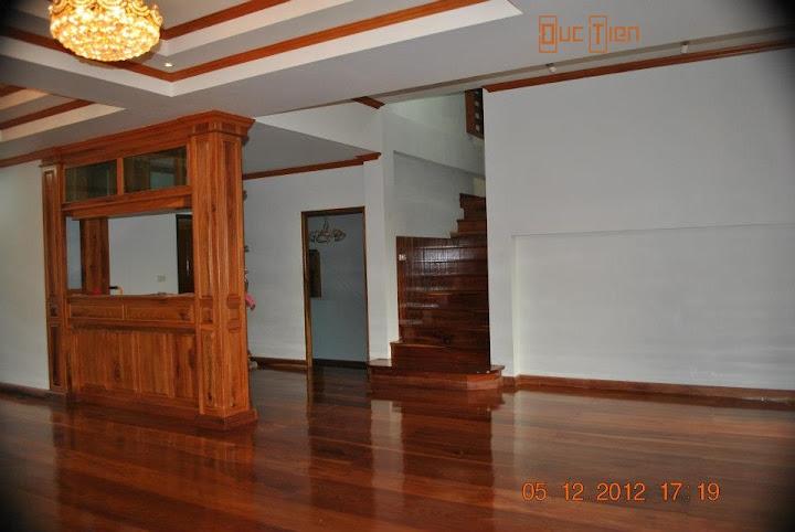 Gỗ gõ đỏ làm sàn với tường nhà màu trắng.