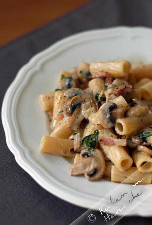 Pasta mit Champignons und Steinpilzen