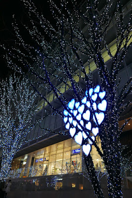 Every single tree on the street is lit up in blue and white lights here in Roppongi Hills. along Keyakizaka street. There are about 1,200,000 LEDs turning from a Snow and Blue theme to Candle and Red. And you can see the hearts here reflecting how Christmas is more a romantic holiday than the US