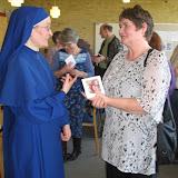 Mariadøtrene på besøg i kirken