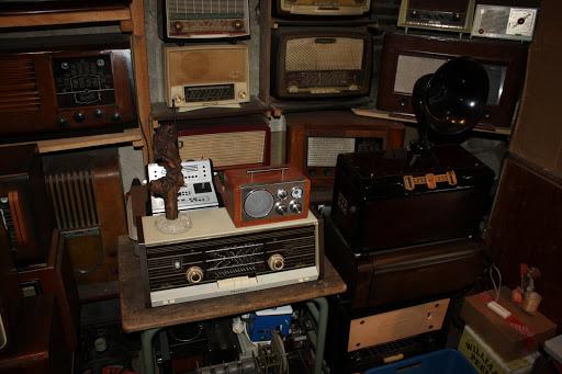 De radio rechts met de hoornluidspreker is een pronkstuk.