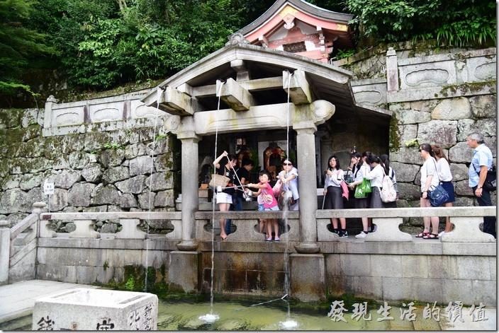 走下了「清水寺」,這裡有一山泉,稱為「音羽瀑布」,流水清冽終年不斷,被列為日本的十大名水之首,清水寺也因此而得名,山泉到了下面被人為一分為三,而三條清泉也分別代表著健康、長壽、智慧,來到這裡你就會看到很多的日本民眾爭相排隊盛裝其清泉洗手、漱口來祈求健康、長壽、及智慧降臨在自己的身上。