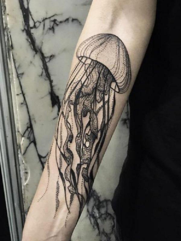 Tons de cinza inspirou água-viva tatuagem no braço. se você quer ser sutil sobre o glorioso forma de água-viva, você pode sempre ir para a escala de cinza de design. parece suave, claro, sutil e muito elegante.