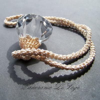 wisior szydełkowy duży kryształ na długim sznurze szydełkowym Biżuteria szydełkowa ślubna biżuteria Panorama LeSage