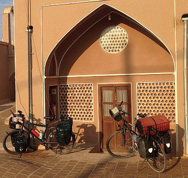 In Kashan: Trekking- und Reiserad T 400 vsf fahrrad manufaktur & Panther Dominance Trekking