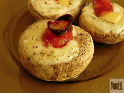 Ciuperci umplute cu telemea, miez de chorizo și cașcaval