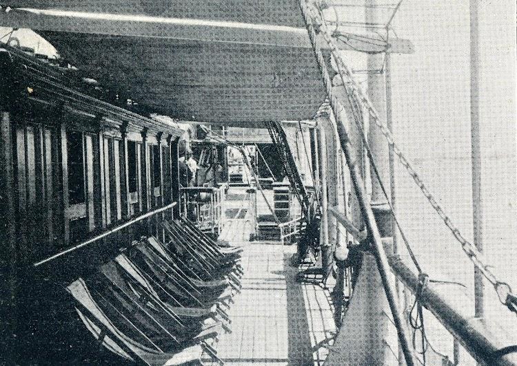 Desde la toldilla, entrada al salón y camarotes de 1ª Clase. Revista Vida Marítima. 1906.JPG