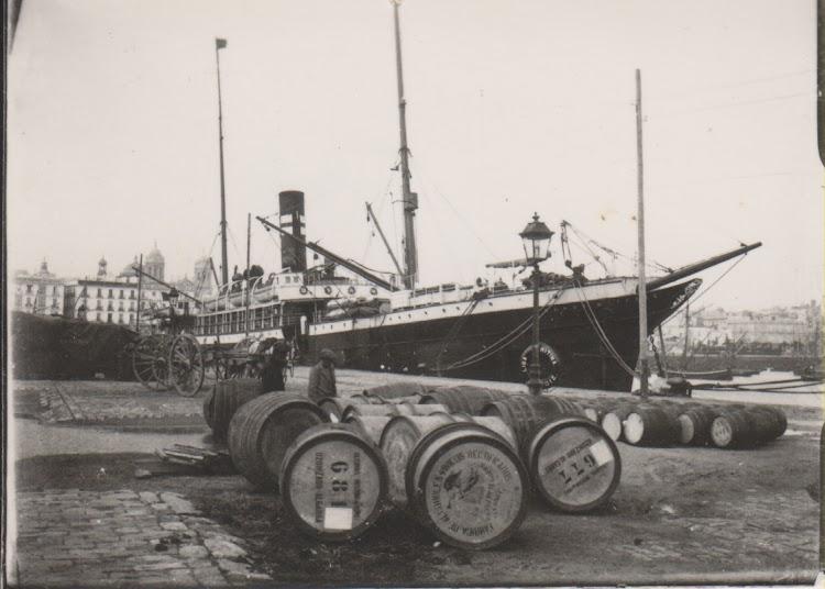 El CONDE WIFREDO atracado al muelle Reina Victoria. Fotografía de Ramón Muñoz Blanco. Cádiz 1900. Julián Oslé Muñoz.tif