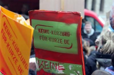 Demonstranten mit großem Transparent: »Keine Kürzung für Kurze!«.