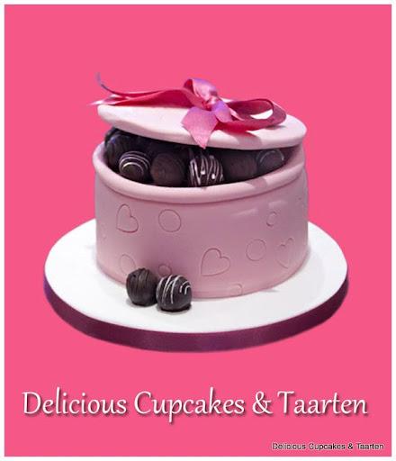 Taart Bonbondoos .... De taart is voorzien van deksel en echte chocolade bonbons....U kunt natuurlijk ook iets anders als verrassing in de TaartDoos doen..jpg