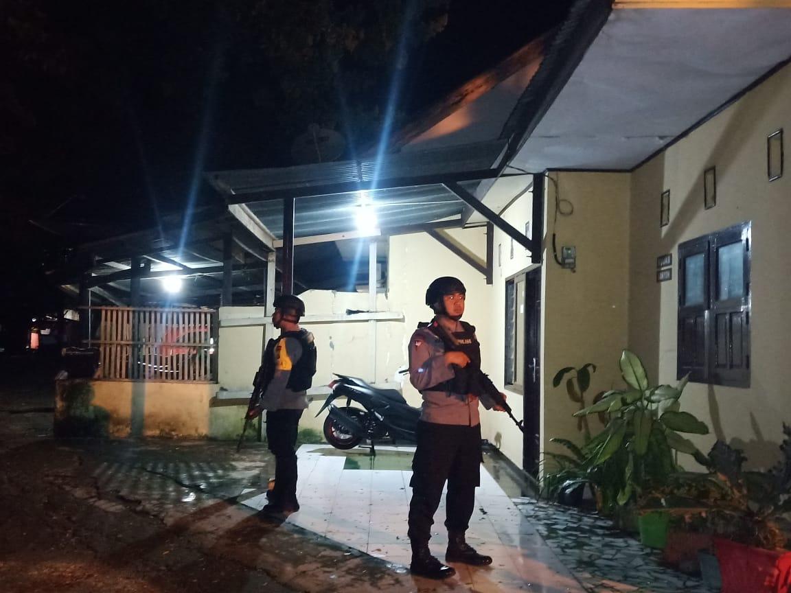 Tengah Malam, Dengan Senjata Lengkap Pasukan Brimob Bone Datangi Aspol