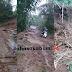 Air dan Lumpur Kiriman Hantam Jalan Desa Palasarihilir Parungkuda