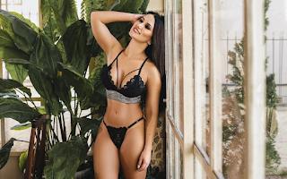 Atriz Maria D'Avila posa para ensaio sensual de lingerie