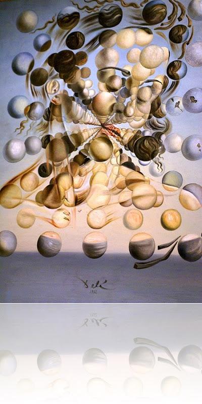 """Foto feita pelo Rui do quadro """"Galatea Of The Spheres"""", que descreve Gala Dalí, esposa e musa de Salvador Dalí, através de uma série de esferas suspensas no ar reunindo-se. Encontra-se no Teatro e Museu Dalí, em Figueres, Espanha"""