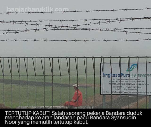 Sebagian kawasan Kota Banjarbaru sejak pagi, Sabtu (21/10/17) tertutup kabut. Salah satu objek vital yakni Bandara Syamsudin Noor putih memutih tertutup kabut tebal.