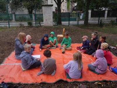 Učíme se na zahradě u srubu