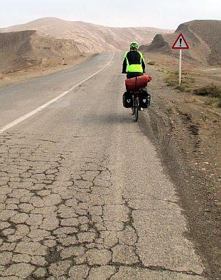 Chris on the Bike auf der Nebenstrecke zwischen Kashan und Abyaneh