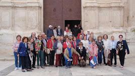 Fotografía de familia con parte de los asistentes en la iglesia de Nuestra Señora de la Encarnación.