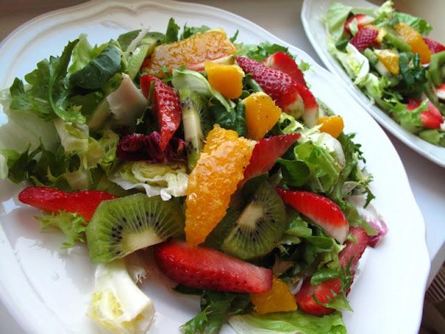 Sałata z owocami w owocowym dressingu (sok z limonki, pomarańczy, syrop z agawy, oliwa i pieprz)