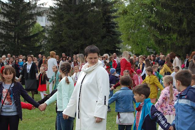 На подвір'ї монастиря водили гаївки. школа Радості м. Золочів. - DSC_0630.JPG