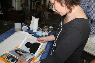 Marina Berdalet admirant obra Irene Vendrell