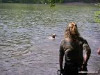 Finja räumt die Stöcke aus dem See, bevor sich noch jemand daran stösst.
